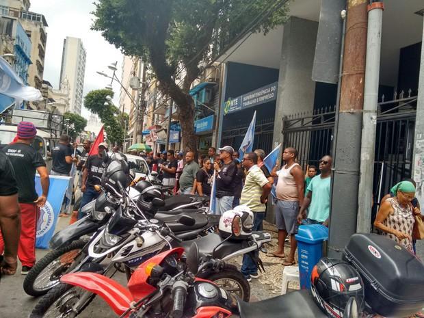 Categoria protestou em frente à sede da Superintendência de Trabalho, em Salvador (Foto: Alan Tiago / G1 BA)