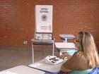 Eleitora é detida suspeita de tentar tirar selfie ao lado de urna (Reprodução/TV Anhanguera)
