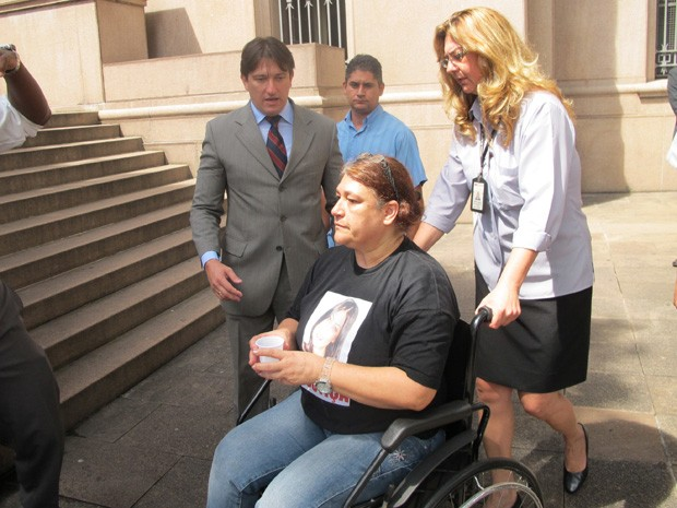 Mãe de Mércia, que se recupera de acidente automobilístico, precisou de cadeira de rodas (Foto: Letícia Macedo/ G1)