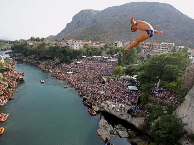 Mergulhadores saltam da Old Bridge em concurso na cidade de Mostar, Bósnia, neste sábado (15) (Foto: Reuters/Dado Ruvic)
