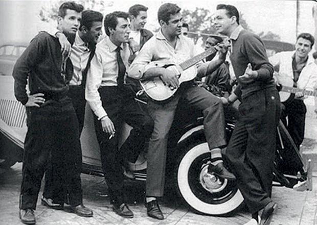 MEMÓRIAS 1. Ao violão, com Roberto Carlos (à esq.), Erasmo (ao fundo) e Cauby Peixoto (à dir.), em foto de 1958 (Foto: acervo Denilson Monteiro  e acervo Aloísio T. de Carvalho)