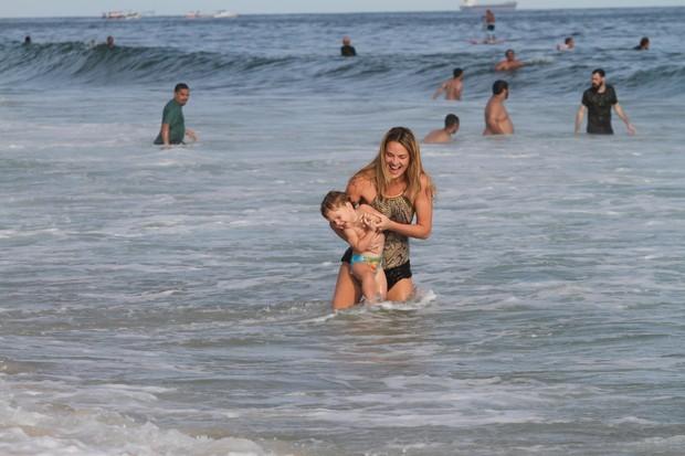 Leticia Birkheuer com seu filho na praia de Ipanema , RJ (Foto: Wallace Barbosa / Agnews)
