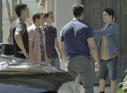 Rodrigo briga com uns caras fortões na rua