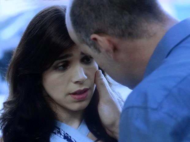 Será que ela vai rolar beijo? (Foto: TV Globo)