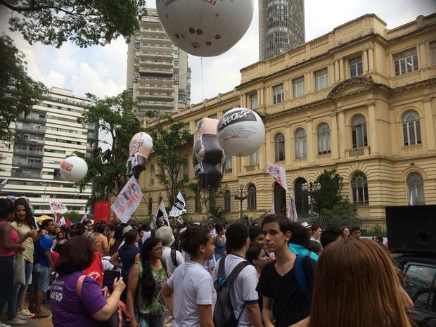 Professores e alunos fazem manifestação na tarde desta terça-feira (Foto: Carolina Dantas/G1)