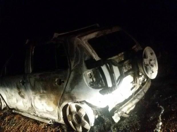 Carro foi queimado por criminosos (Foto: Arquivo pessoal/ Simone Reis Santana)