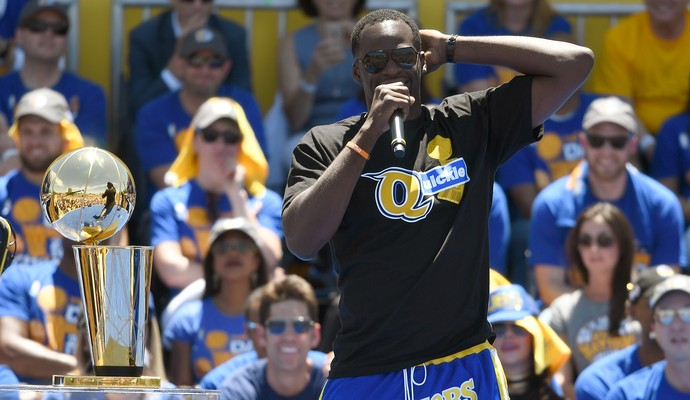 Draymond Green fala para o público durante o desfile do título do Golden State Warriors (Foto: Thearon W. Henderson/Getty Images)