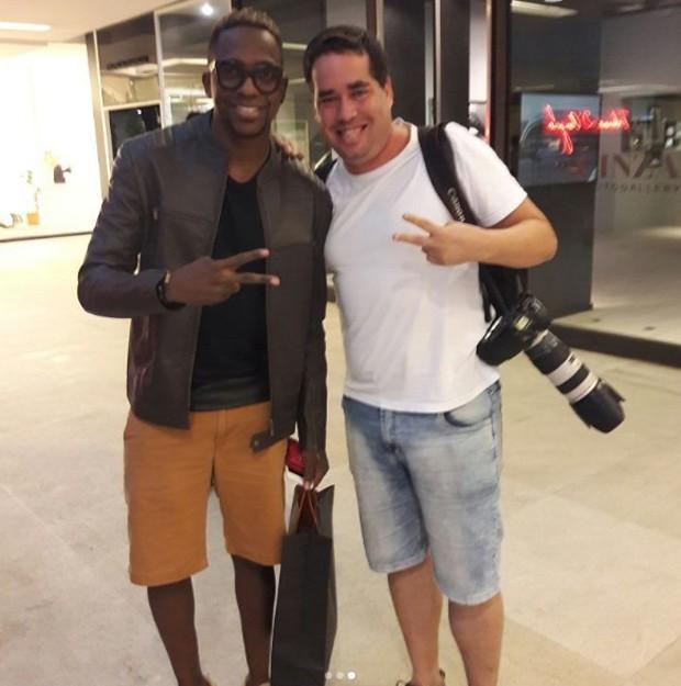 Fotógrafo posa com Mumuzinho (Foto: Reprodução/Instagram)
