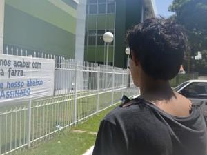 Roupa do adolescente também foi rasgadas (Foto: Abinoan Santiago/G1)