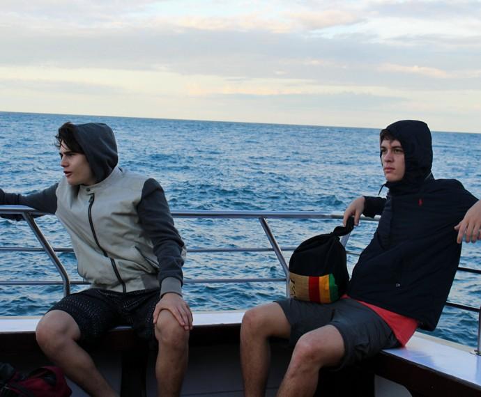Nicolas e João curtem a paisagem até chegar ao local de gravação (Foto: Rodrigo Brisolla/Gshow)