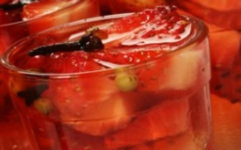 Verrine de morango em gelatina de vinho branco