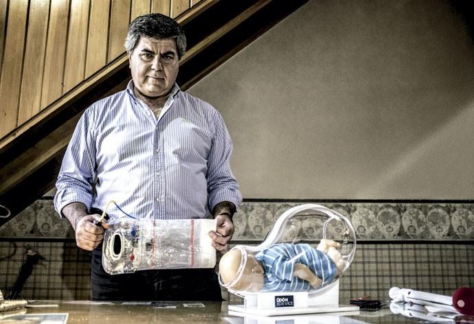 """Criador e criatura: Jorge Odón ao lado de um protótipo do seu aparelho. """"Acharam que eu tinha enlouquecido"""" (Foto: Enrico Fantoni)"""