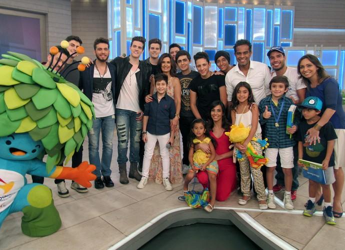 Fátima Bernardes recebe o carinho dos convidados do Encontro (Foto: Melina Mantovani/ Gshow)