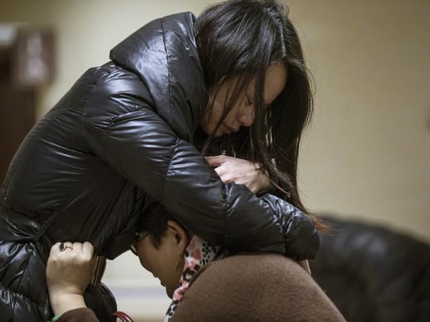 Parentes de uma vítima se abraçam em hospital de Xangai (Foto: Reuters/Aly Song)