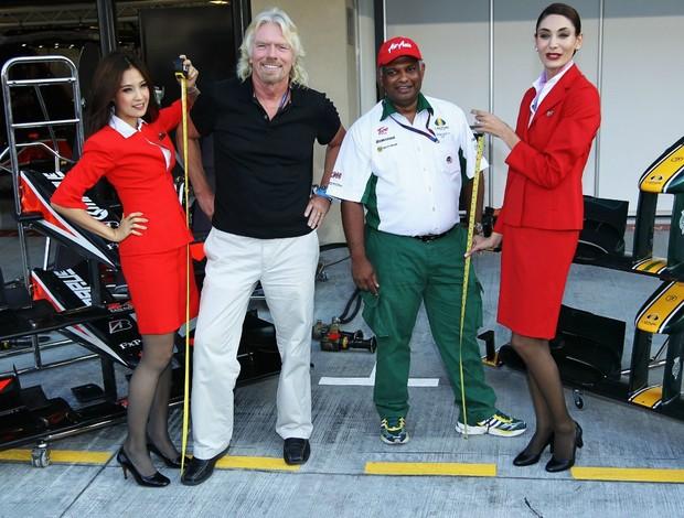 Richard Branson e Tony Fernandes na época da aposta, no GP de Abu Dhabi, em 2010 (Foto: Getty Images)