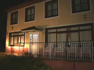 Pousada onde vive o caseiro e que fica a alguns metros da casa onde o ator foi encontrado morto. (Foto: Reprodução/TV Vanguarda)