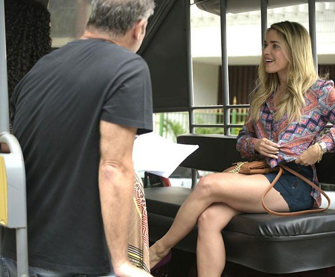 Que pernas! Monique Alfradique durante as gravações de 'A Regra do Jogo' em Copacabana (Foto: Raphael Dias/Gshow)