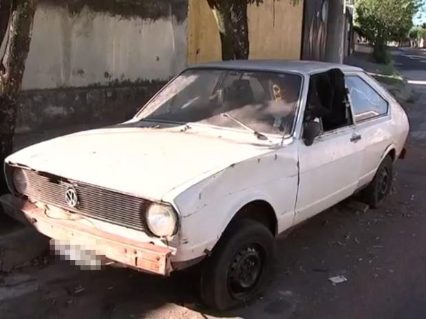 Carro abandonado será retirado das ruas e levado para pátio (Foto: Reprodução / TV TEM)