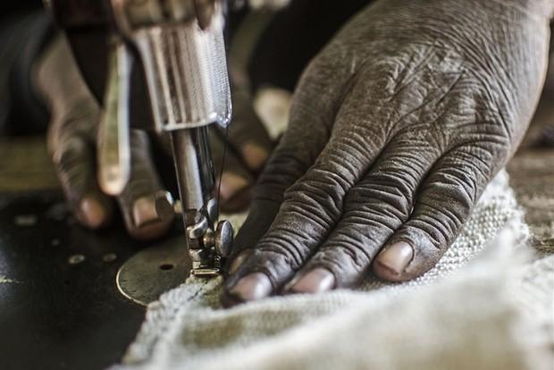 Amagali Guindo, que passou 12 anos produzindo tradicionais tecidos tingidos em uma aldeia Dogon, agora tem de viajar às cidades próximas para vender seus produtos (Foto: Tommy Trenchard)