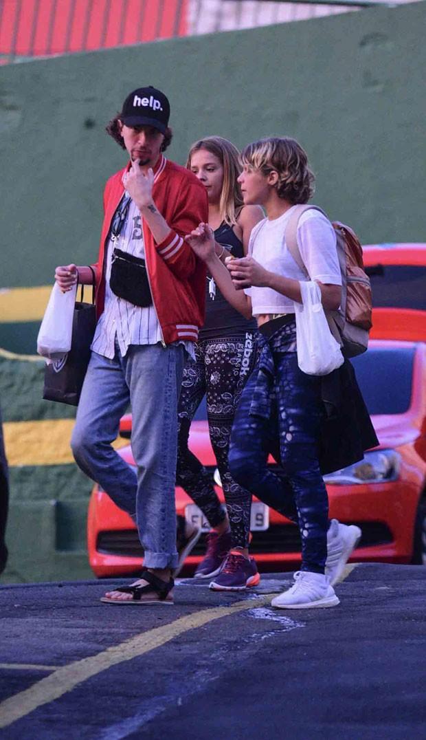 Gabi e Isabela com um amigo  (Foto: AgNews / Leo Franco)