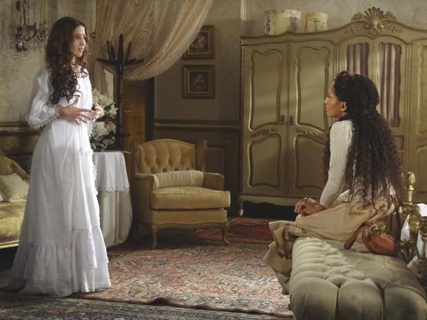 Laura divide sua desconfiança com a amiga (Foto: Lado a Lado/Tv Globo)