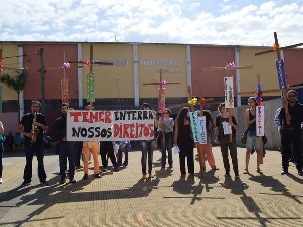 Grupo da UFSCar de São Carlos se reúne para realizar atos contra governo Temer (Foto: Carol Malandrino/G1)