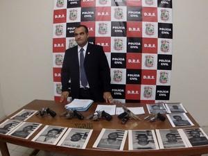 Delegado mostra armas apreendidas (Foto: Marcélio Bezerra/TV Verdes Mares)