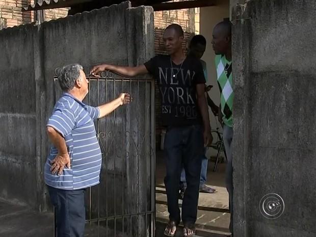 Vizinho ajuda imigrantes distribuindo currículos na cidade (Foto: Reprodução/ TV TEM)