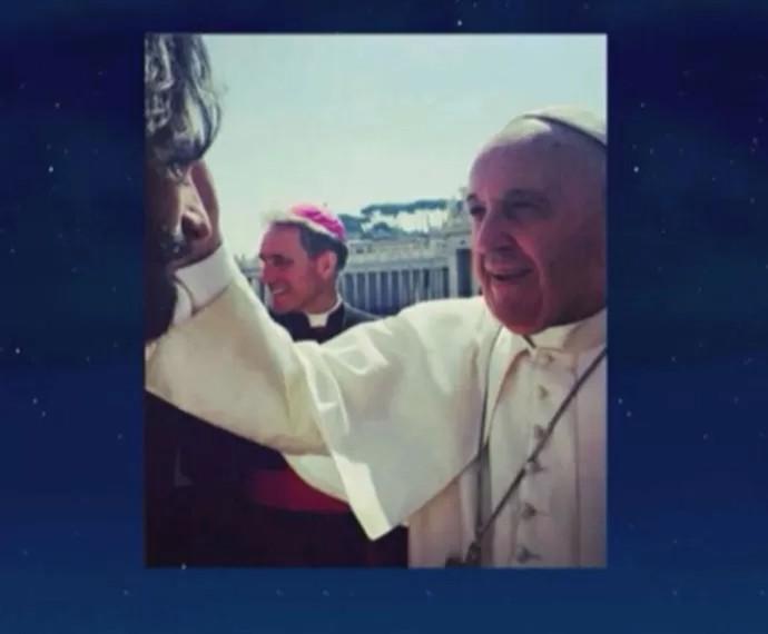 Rodrigo Santoro mostra foto ao lado do papa Francisco (Foto: Reprodução)