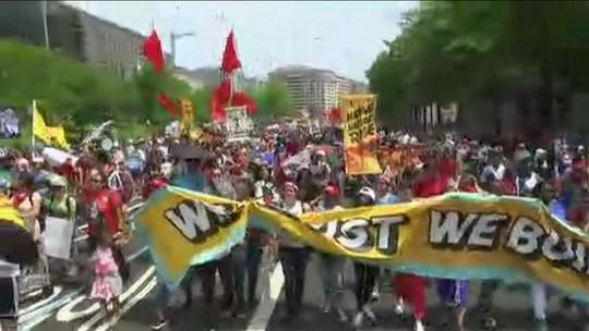 Em Washington, ativistas protestam contra política climática de Trump em 100º dia de governo