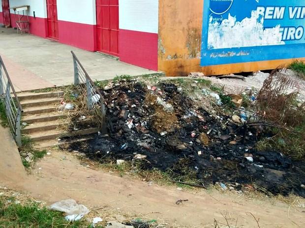 Mulher foi presa ao tocar fogo em matagal próximo a área comercial em Cruzeiro do Sul  (Foto: Adelcimar Carvalho/G1)