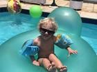 Fofura! Davi Lucca, filho de Neymar, curte piscina de óculos escuros