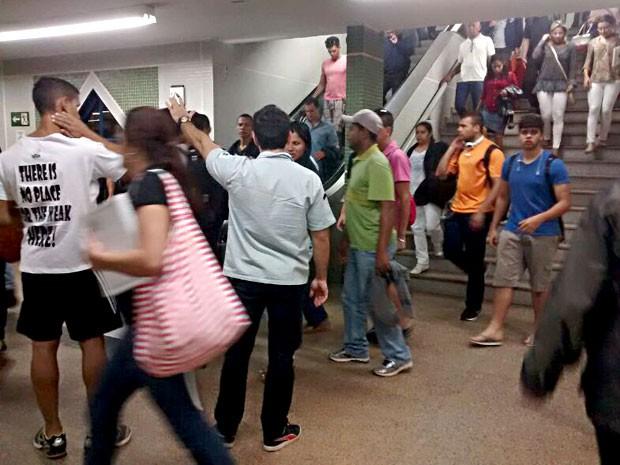 Funcionário (de azul claro) orienta passageiros na Estação Asa Sul, em dia de pane no Metrô (Foto: Isabella Calzolari/G1)