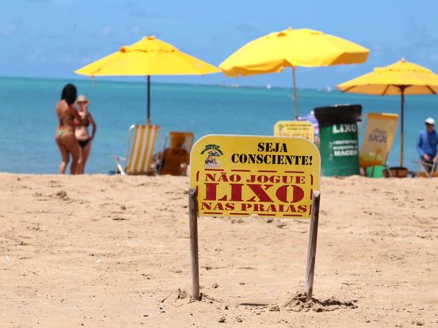 Placas são colocadas na areia para estimular o cuidado com a natureza (Foto: Jonathan Lins/G1)