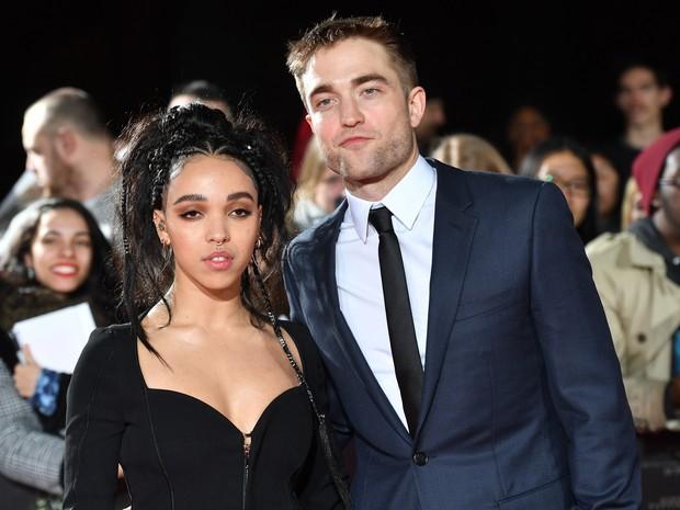 Robert Pattinson e a namorada, FKA Twigs, em première de filme em Londres, na Inglaterra (Foto: Ben Stansall/ AFP)