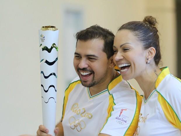 Solange Almeida e Xand durante a passagem da tocha olímpica por Fortaleza, no Ceará (Foto: Nara Fassi/ Ag. FPontes/ Divulgacao)
