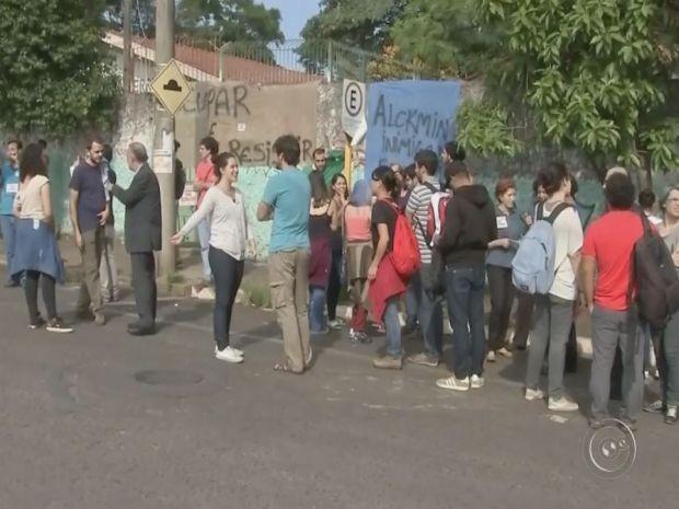 Estudantes da Escola Estadual Ayrton Busch se envolvem em confusão com professores (Foto: Reprodução/TV TEM)
