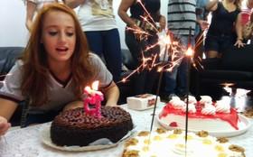 É festa! Bruna Griphao faz aniversário e comemora com elenco de Malhação