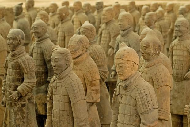 Dezenas de guerreiros de pé parecem estar prontos para a batalha (Foto: © Haroldo Castro/Época)