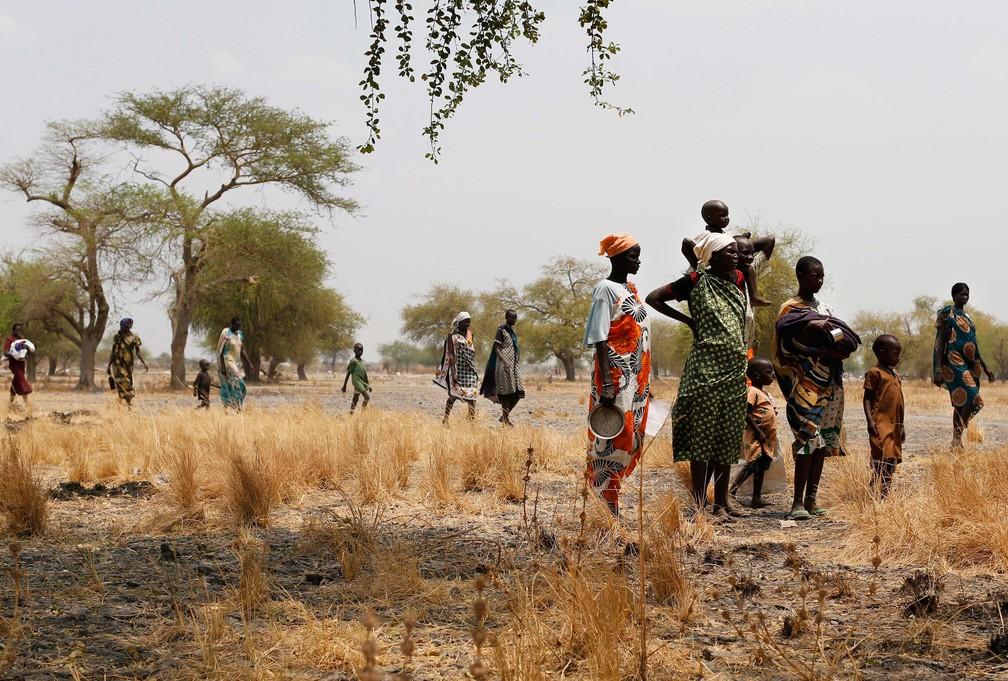 Pessoas se aproximam de clínica improvisada em Thaker, Leer County, no Sudão do Sul, em 18 de março  (Foto: Siegfried Modola/ Divulgação Médicos Sem Fronteira)
