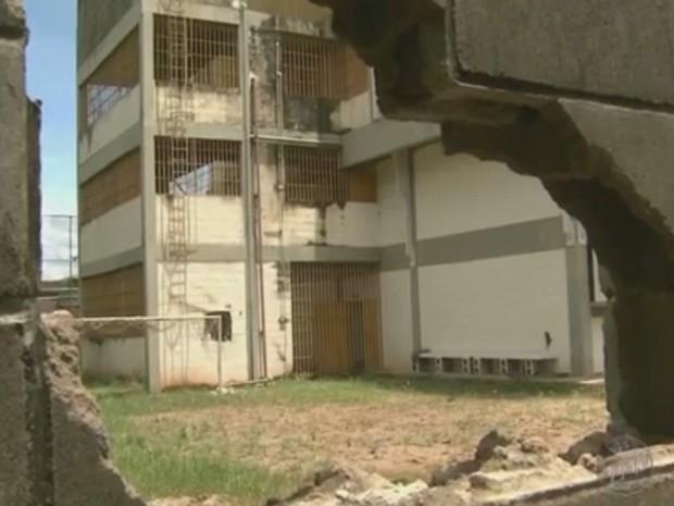 Adolescentes abriram buraco para fugir da Fundação Casa em Piracicaba (Foto: Reprodução/EPTV)