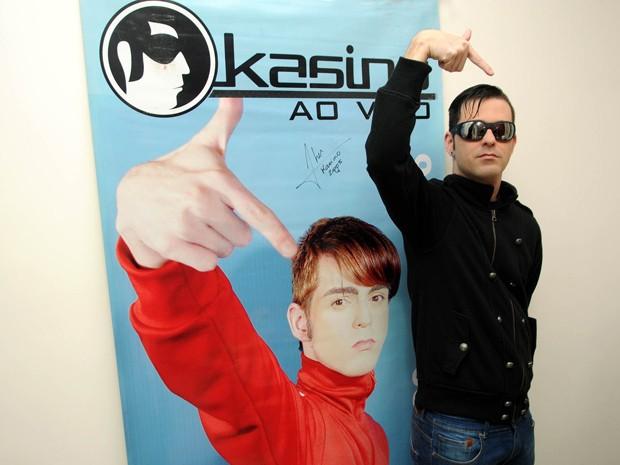 Fher, vocalista do Kasino, posa em 2014 à frente de um cartaz feito na época do hit 'Can't get over', de 2005 (Foto: Alexandre Durão/G1)
