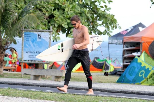 Romulo Arantes na praia da Barra da Tijuca, RJ (Foto: Wallace Barbosa/AgNews)