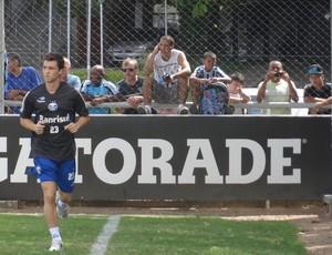 Jean Deretti corre ao redor do gramado suplementar do Olímpico no primeiro treino no Grêmio (Foto: Hector Werlang/Globoesporte.com)