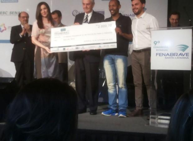 Talita Rosa e Pedro Rockenbach recebem prêmio em Joinville (Foto: Divulgação)