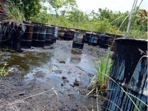 Moradores da cidade chegaram a utilizar barris contaminados para utilizá-los como depósito de armazenamento de água para consumo próprio. Um termo de ajustamento de conduta assinado entre o MP e a prefeitura do município substituiu os tambores por caixas  (Foto: Arquivo MPPA/ Divulgação)
