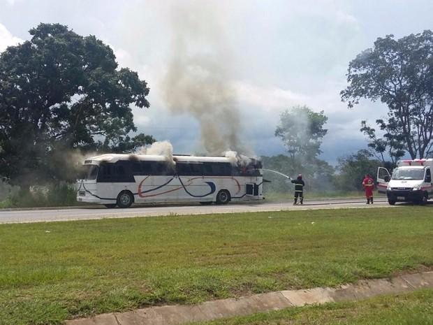 Ônibus particular pega fogo em BR-153 e causa congestionamento Aparecida de Goiânia Hidrolândia (Foto: Divulgação/Triunfo Concebra)