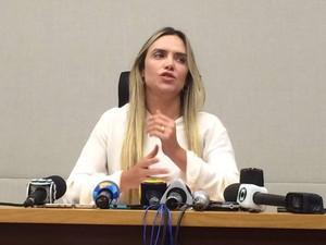 A deputada Celina Leão, afastada da presidência da Câmara por determinação judicial devido a suposta ligação com corrupção, dá entrevista nesta sexta-feira (26) (Foto: Mateus Vidigal/G1)