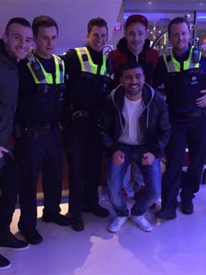 Radja Nainggolan posa com policiais após ser confundido com terrorista em Antuérpia (Foto: Reprodução/Twitter/Radja Nainggolan)