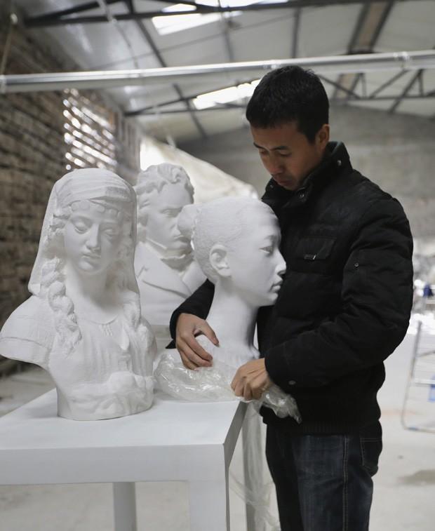 Chinês já produziu mais de 300 obras feitas em papel, sem utilizar gesso ou materiais adicionais para fixação (Foto: Jason Lee/Reuters)